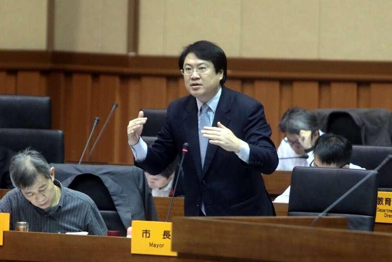 基隆市長林右昌在議會答覆議員質詢。(圖/張毅攝)