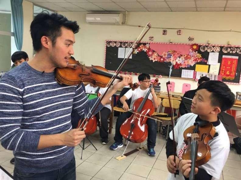 今年3月初,陳銳特別造訪新竹山區的泰雅學堂,這是一所堅持給原住民青少年免費音樂課程、讓孩子們能勇敢開發音樂天賦的學校。(圖/兩廳院官方粉絲團)
