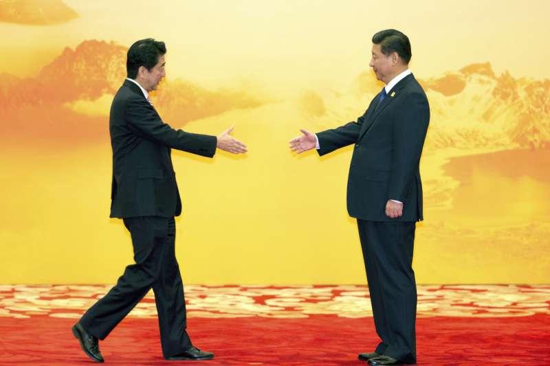 APEC越南峴港峰會,中國國家主席習近平與日本首相安倍晉三會面(AP)