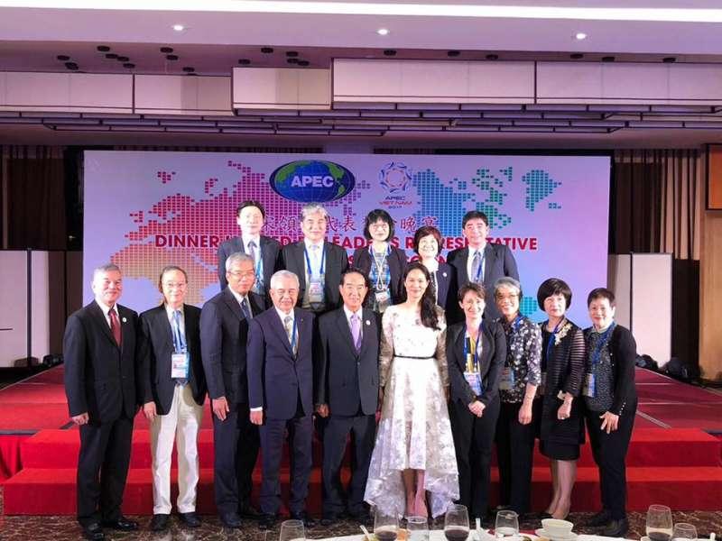 20171112-APEC大會,宋楚瑜宴請越南僑界人士,宋鎮邁一同出席。(取自謝金河臉書)