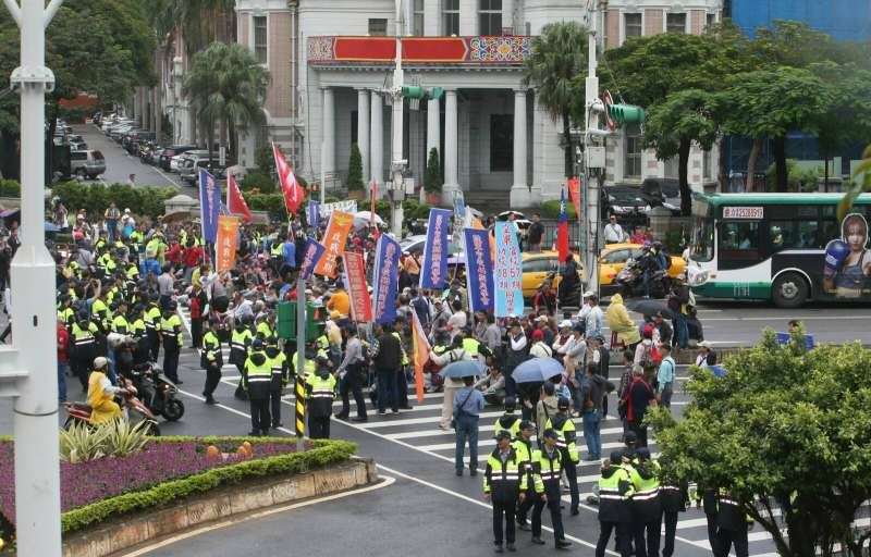 2017-11-13-反年改團體八百壯士行政院前抗議軍人年改方案、並癱瘓中山南路行動,與警方對峙02。(陳明仁攝)