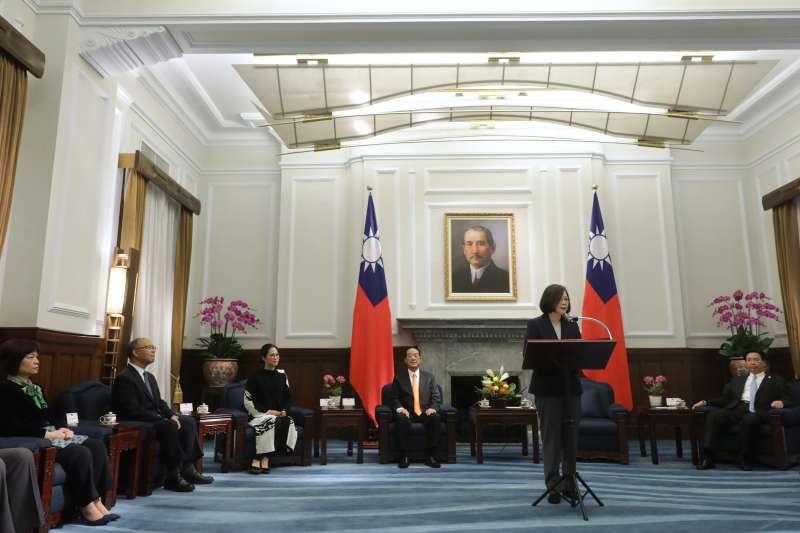 總統蔡英文今日接見我出席APEC經濟會議代表宋楚瑜等一行。(總統府提供)