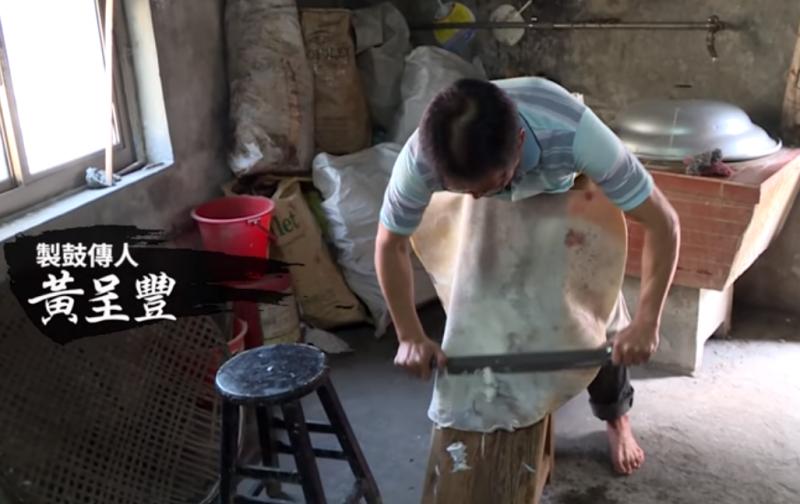 細膩手工削牛皮,是做出高品質好鼓的第一步。