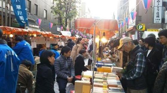 鈴蘭通的書籍販賣攤位。(圖/秋禾提供)