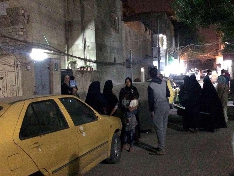 衝出室外避難的巴格達民眾。(美聯社)
