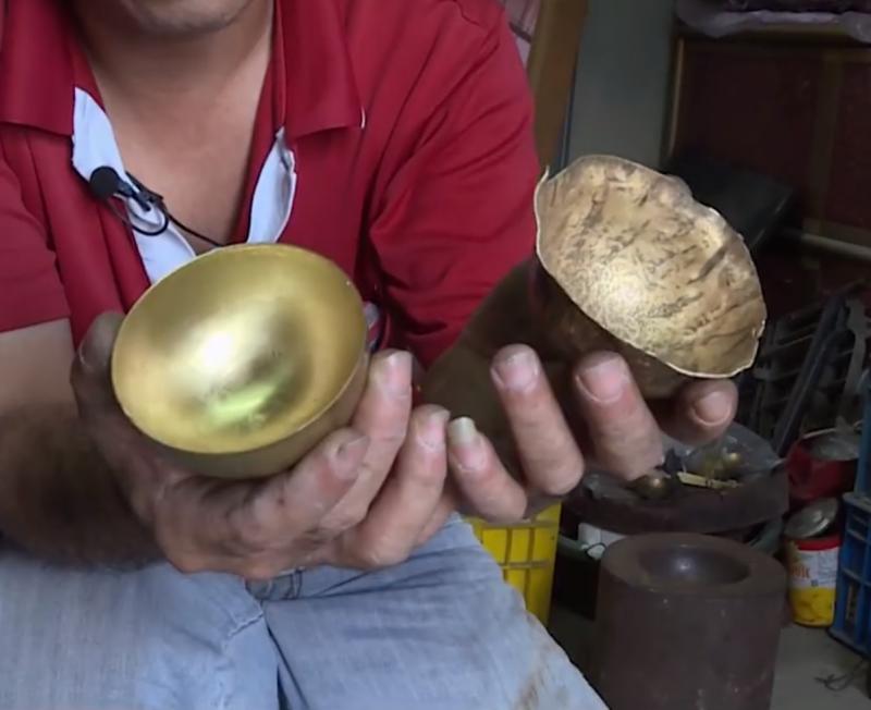 冰杓的製造歷程從平坦銅片、凹凸表面,一直到光滑的半圓球形,每個步驟都需要老師傅反覆敲打才能完成。