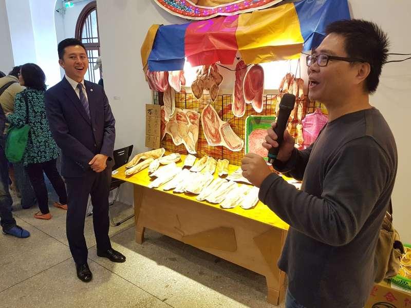 藝術家唐唐發以傳統市場為主題,結合空間裝置、視覺、繪畫及雕塑,呼應新竹市東門市場改造議題。(圖/方詠騰攝)