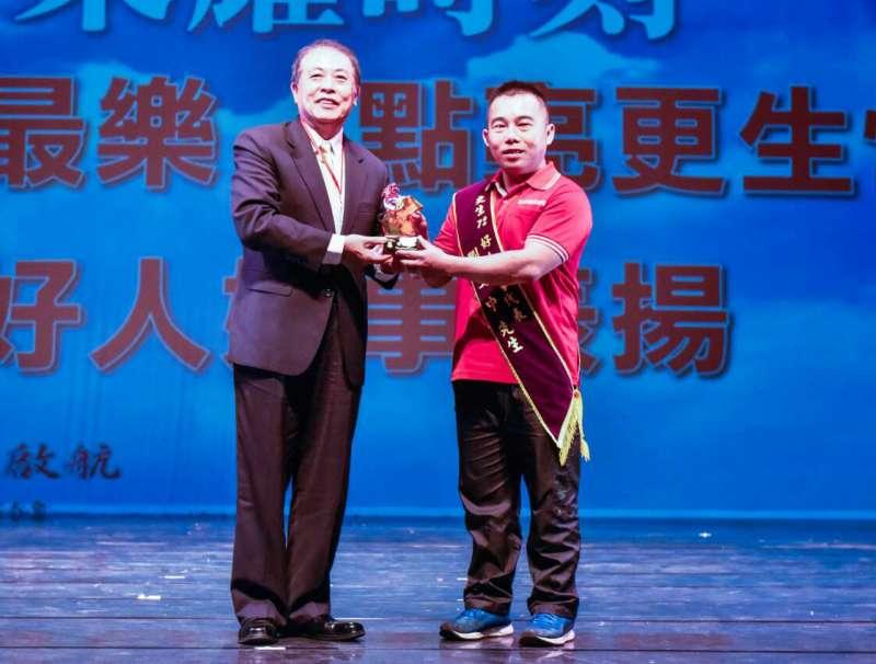 生命經歷風風雨雨,如今劉文中(圖右)站在台上獲頒更生「好人好事代表」,心裡的感慨可想而知。(圖/劉文中提供)
