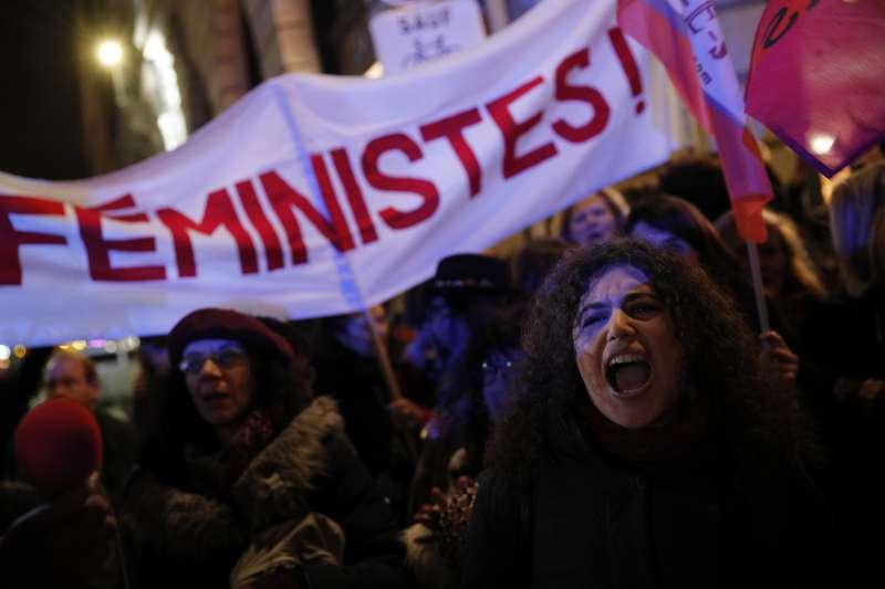 法國團體在司法部前抗議,要求政府確立,與同意年齡以下的兒童或少年性交直接構成性侵。(美聯社)