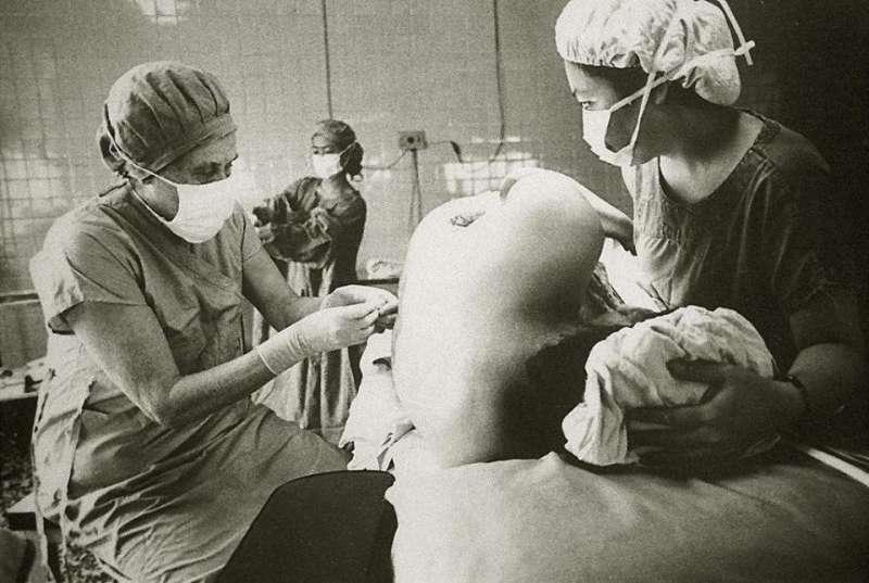紀歐惠是一位麻醉醫生,圖為她幫病患麻醉。