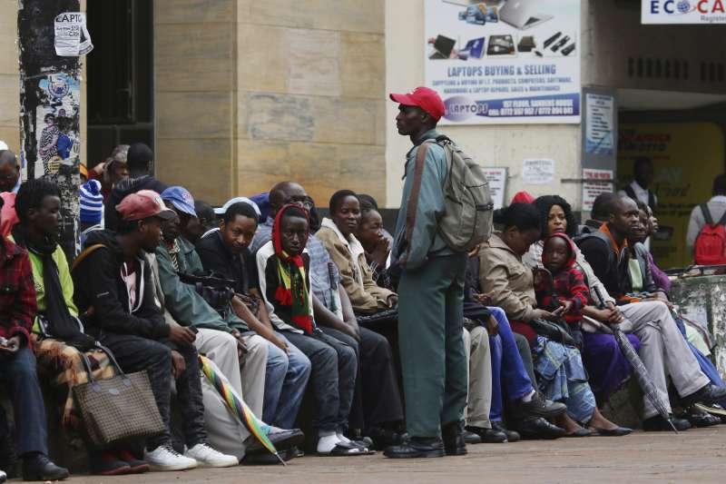 辛巴威軍隊進駐首都,雖然軍方宣稱並非政變,銀行外面仍出現急著兌換現金的人龍。(美聯社)