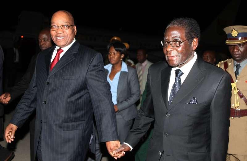 辛巴威總統穆加比(右)與南非總統祖馬。穆加比遭軍方軟禁後,祖馬與他通電話確認平安。(美聯社)