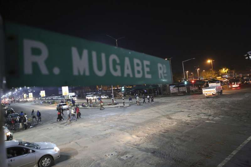 辛巴威首都一條以總統穆加比命名的路。軍方掌控政府後,高齡93歲的穆加比可能將被迫下台。(美聯社)