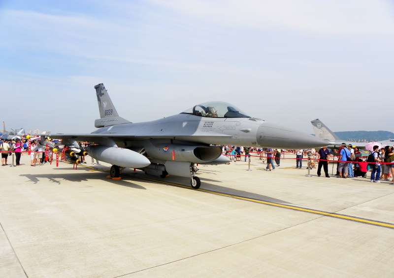 《臺灣關係法》中列明美國將繼續提供防衛性武器給台灣,美國政府根據此法案可以即向台灣出售軍火。本圖中為美國對臺灣出售的F-16戰鬥機。