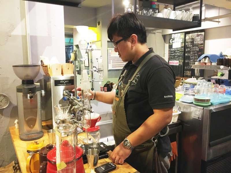 邊受訪邊為客人製作餐點,整個工作台都是他「大展身手」的空間。(圖/鐘敏瑜攝)