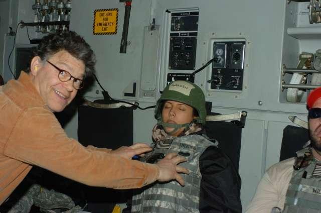 美國聯邦參議員法蘭肯(Al Franken)被指控性騷擾一位廣播節目女主持人崔登(Leeann Tweeden),還拍下照片(KABC)
