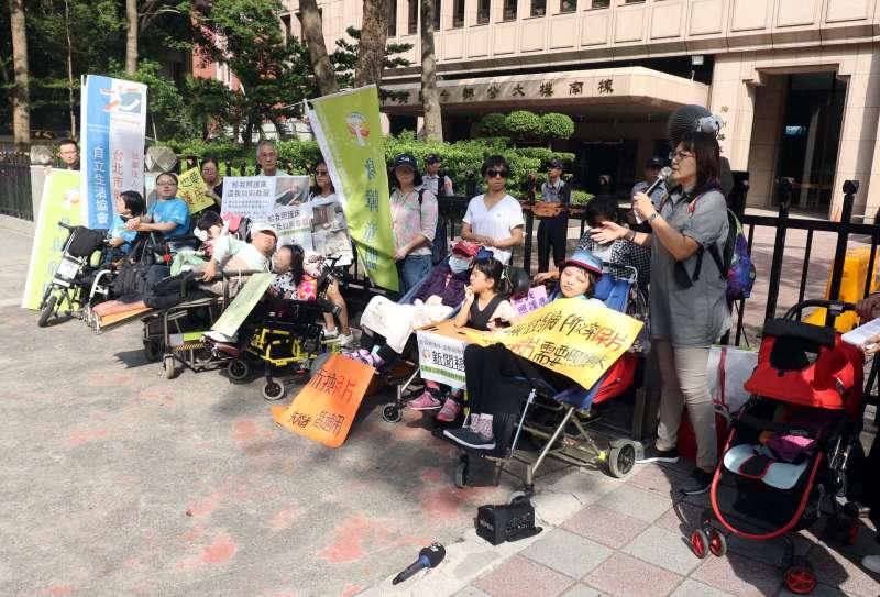 20171117-身障團體上午在內政部外召開『給我照護床,還我如廁尊嚴』記者會。(蘇仲泓攝)