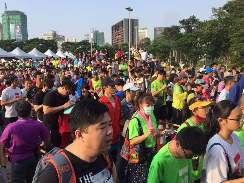 路跑活動從下午3點開始就有跑友陸續報到,預估超過有2萬名跑友參加此次路跑。(圖/徐毅誠攝)