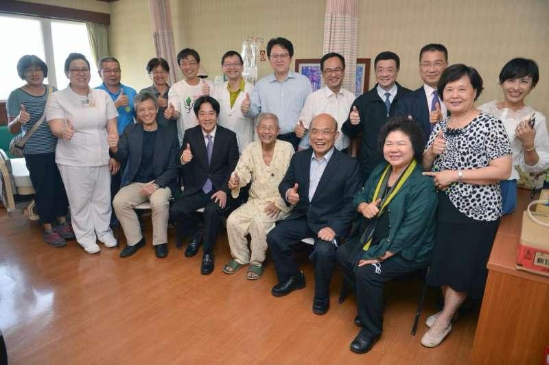 農委會前副主委戴振耀(圖前排中間)日前與民進黨多位人士合影。(取自邱議瑩臉書)