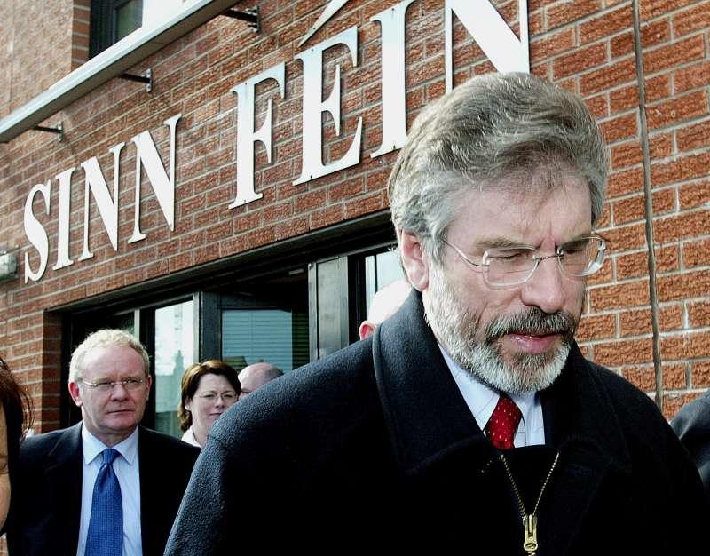 北愛爾蘭新芬黨領袖亞當斯與摯友麥吉尼斯(後)領導北愛獨立運動40餘年。(美聯社)
