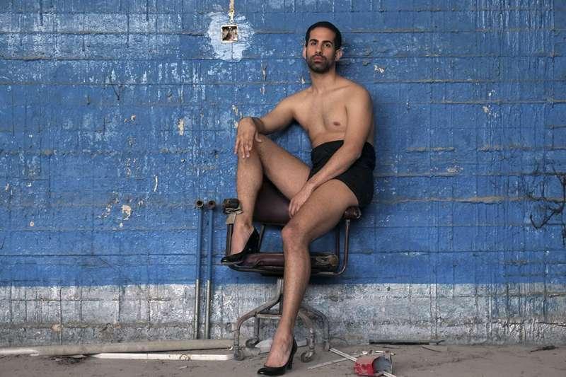 Khalid在車庫裡穿著高跟鞋,他經營著約旦唯一的LGBT雜誌。(圖/Courtesy of Scarlett Coten)