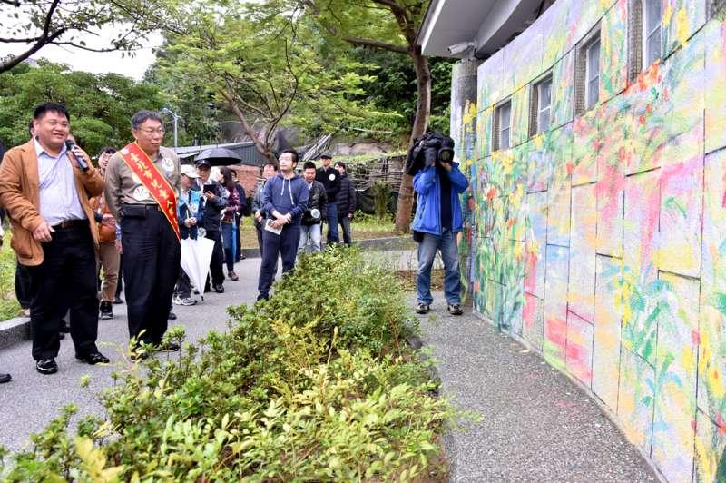 台北市長柯文哲20日前往象山公園視察,並說二代公園在設計時也找了公民團體一起參與,使這些設施連身障及長者都可以使用。(台北市政府提供)
