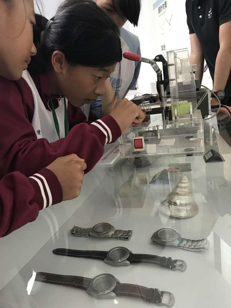新北市「在地遊學團」學生們聚精會神實際操作精密量測儀器。(圖/新北市經發局提供)