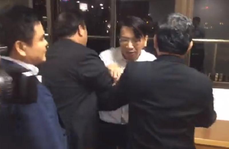 徐永明從委員會內被拉到場外。(取自徐永明臉書)