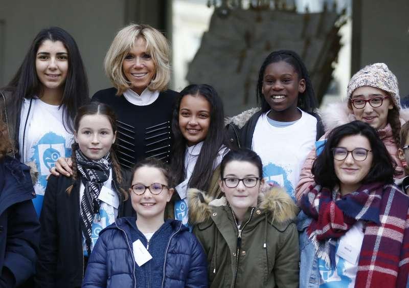 11月20日是聯合國訂定的「世界兒童日」,法國第一夫人布莉姬特在愛麗榭宮接待參訪學生。(美聯社)