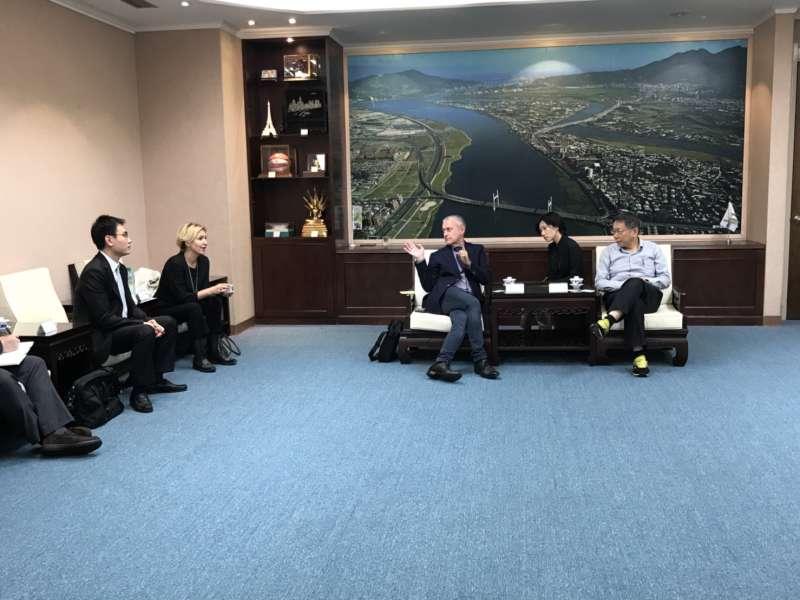 台北市長柯文哲21日會見保加利亞前外長所羅門‧帕西賢伉儷,左為台灣世代基金會副執行長陳冠廷。(台灣新世代基金會提供)