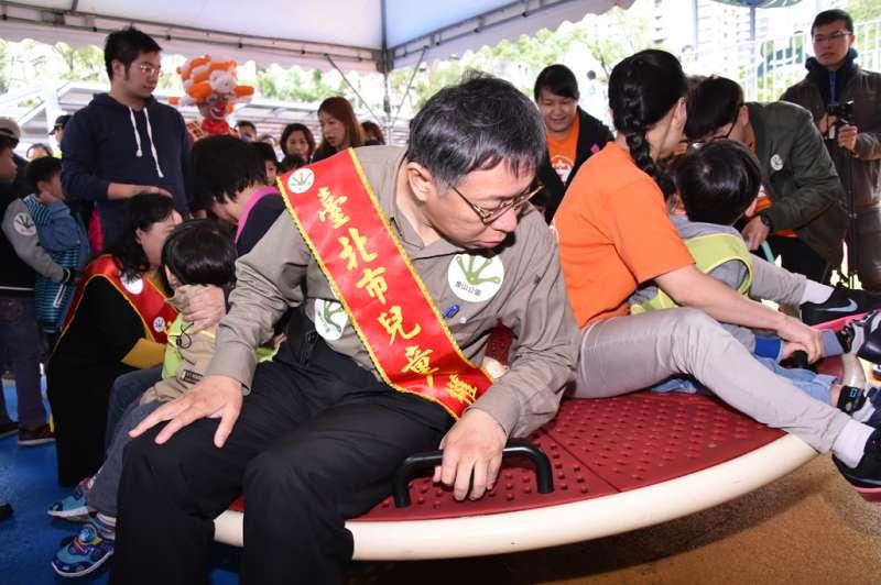 2017-11-21-台北市長柯文哲於「國際兒童人權日」,出席信義區中強公園改造更名為象山公園啟用儀式。(台北市政府提供)