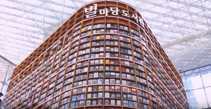 高達13公尺的巨型書架超壯觀,讓人一秒變小人國成員!(圖/擷取自youtube)
