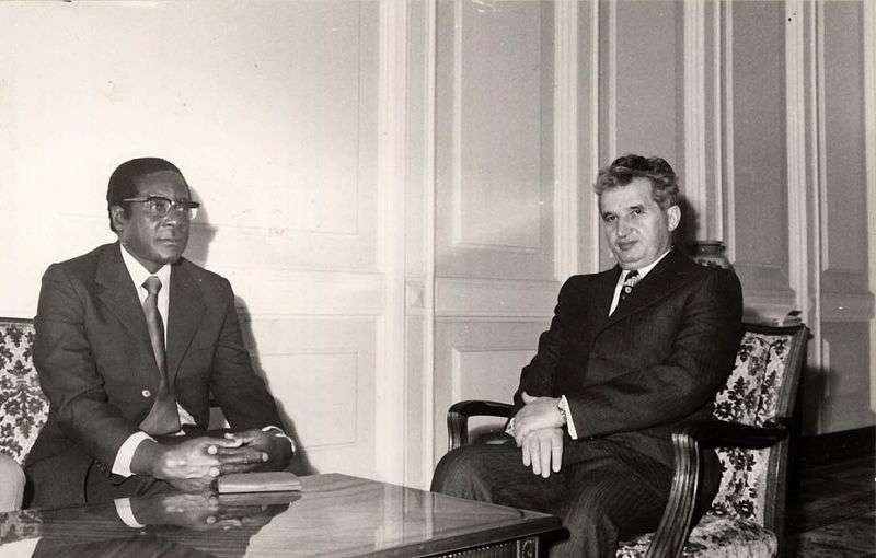 穆加比1976年與羅馬尼亞共產黨領袖希奧塞古會面。(維基百科公有領域)