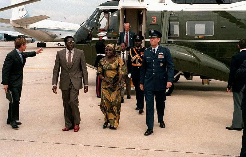 穆加比1983年偕妻子薩莉訪問美國安德魯斯聯合基地。(維基百科公有領域)