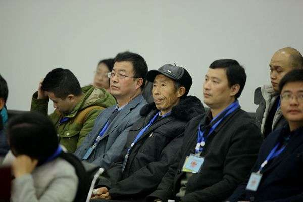 11月21日,江天勇的父親(戴帽者)也出席法院聆聽宣判。(圖/長沙中級法院)