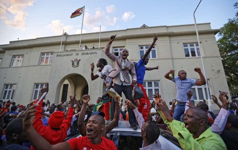 辛巴威總統穆加比終於宣布辭職,國會大廈外連日呼籲發動彈劾的民眾也陷入狂歡(美聯社)