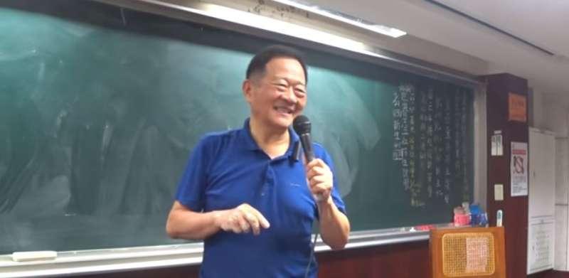 上課幽默風趣的李錫錕,總用毒舌又中肯的口吻分析時事,引來學生及網友拍手叫好。(圖/截取自youtube)