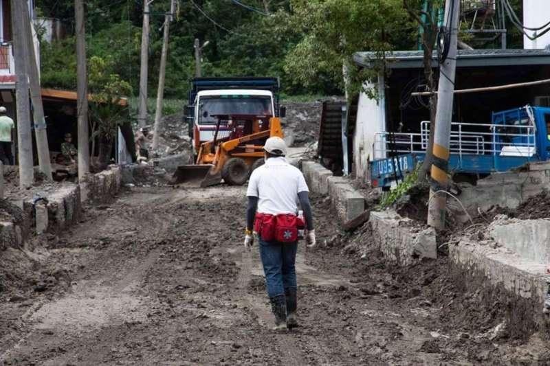 風數據/志工專題。2009年八八風災重創南台灣,家住北市的劉力文(背對鏡頭者)與妻子莊蘭蘭定期自發性南下救災,最後還與一群志同道合的志工伙伴成立「台北效力志工團」。(劉力文提供)