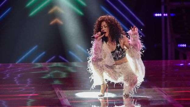 張靚穎成為第一位在維密秀表演的中國歌手。(BBC中文網)