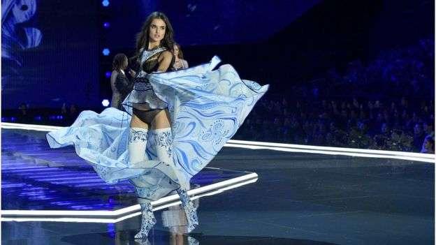 模特兒披風上的青花瓷圖案均手繪而成。(BBC中文網)