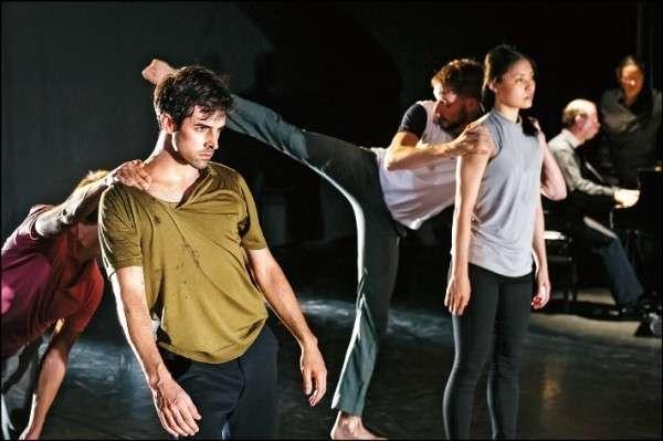 舞者彼此貼近,依著對方行動痕跡而行動。(圖/孫尚綺)
