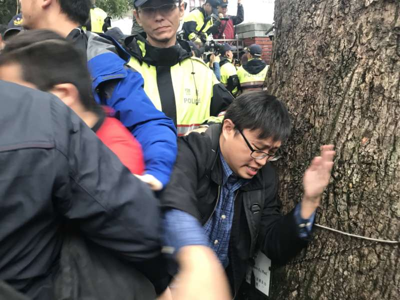 20171123-抗議勞基法修法群眾試圖翻越立法院,警察工作權益推動協會理事吳宗哲抵擋警察替民眾開道。(謝孟穎攝)