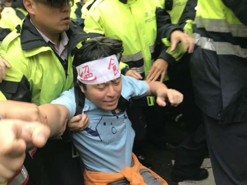 20171123-抗議勞基法修法群眾於立法院外遊行,與警方爆發衝突。(謝孟穎攝)