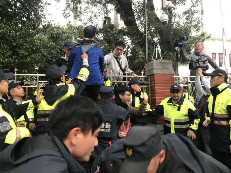 20171123-抗議勞基法修法群眾於立法院外遊行,與警方發生衝突。(謝孟穎攝)
