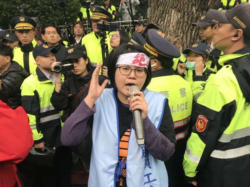 20171123-抗議勞基法修法群眾於立法院外遊行,圖為桃園市空服員職業工會秘書長林佳瑋。(謝孟穎攝)