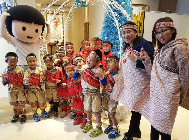 新竹縣尖石鄉原民小朋友以純稚童真的歌聲與舞蹈,感謝支持「2017年竹科圓夢行動」所有聖誕老公公。(圖/方詠騰攝)