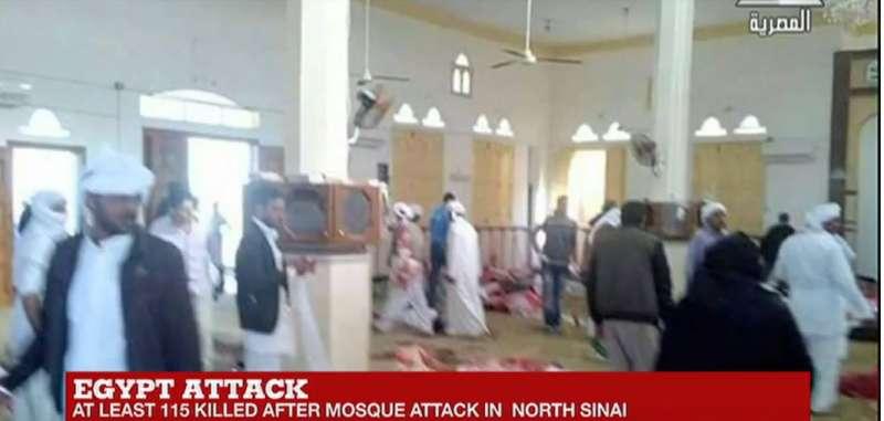 埃及北部西奈省(North Sinai)一座清真寺24日遭到炸彈攻擊及槍擊。(截圖自YouTube)