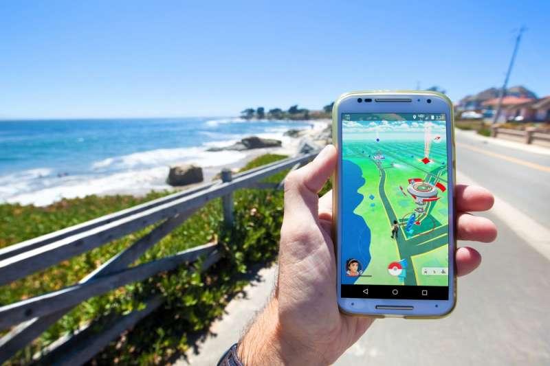 52016年夏天,任天堂共同投資的手機遊戲《Pokémon Go》造成全球轟動。(圖/shutterstock)