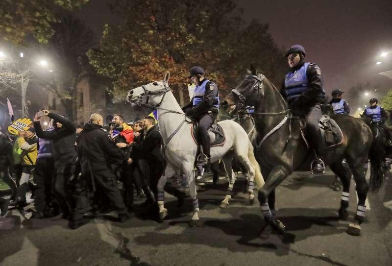 羅馬尼亞首都布加勒斯特街頭的抗議群眾,與鎮暴騎警發生肢體衝突。(美聯社)