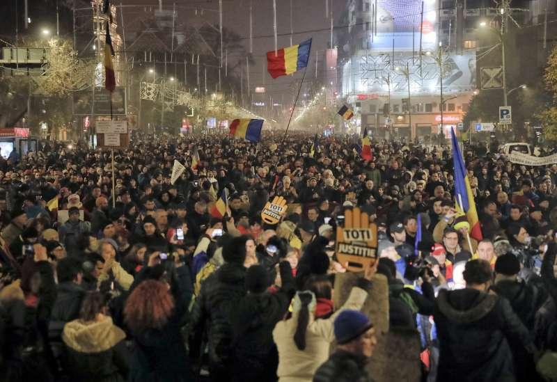 不滿政府任意修法,上萬羅馬尼亞人民走上街頭示威抗議。(美聯社)